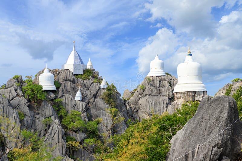 Sich hin- und herbewegende Pagode auf Spitze des Berges an Tempel Wat Chaloem Phra Kiat Phra-Schläger Pupha Daeng in Chae Hom-Bez lizenzfreies stockbild