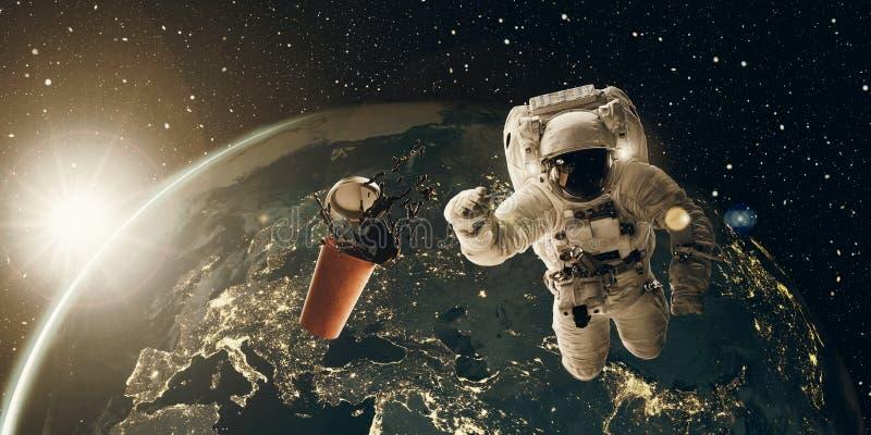 Sich hin- und herbewegender Astronaut und Kaffeetasse bei Sonnenaufgang Kaffeepause und Frühstückskonzept 3D und Foto, Elemente v lizenzfreie abbildung