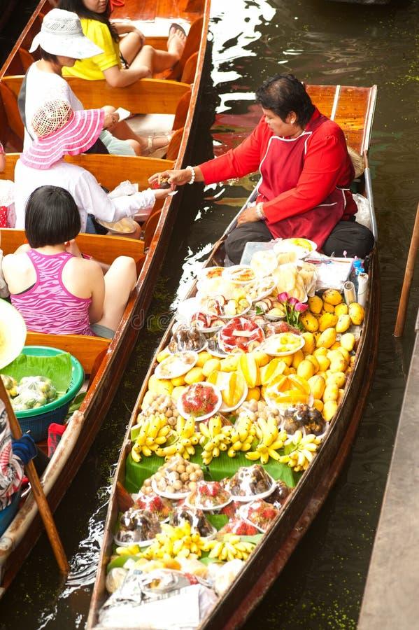 Sich hin- und herbewegender Markt Damnuan Saduak in der Mitte von Thailand. stockbild