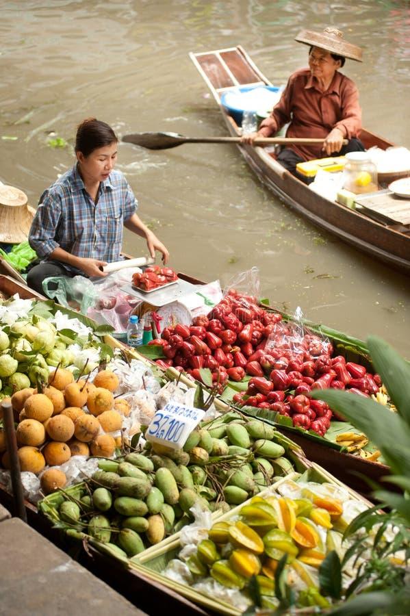 Sich hin- und herbewegender Markt Damnuan Saduak in der Mitte von Thailand. stockbilder