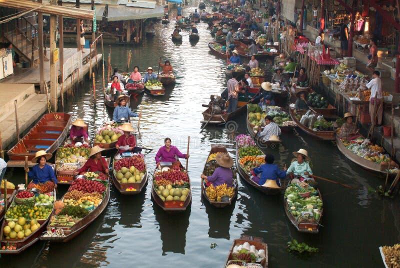 Sich hin- und herbewegender Markt in Thailand. stockfotos
