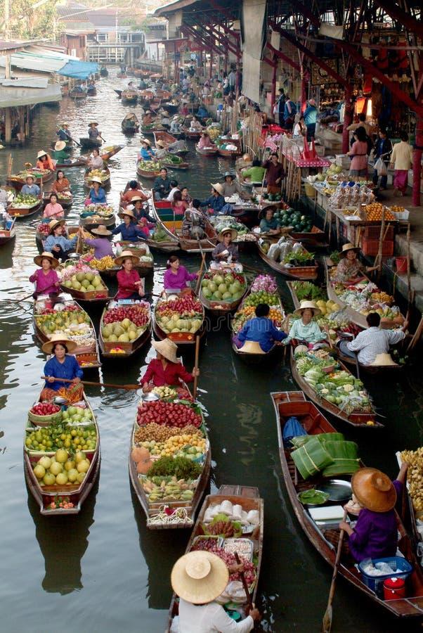 Sich hin- und herbewegender Markt in Thailand. lizenzfreies stockfoto
