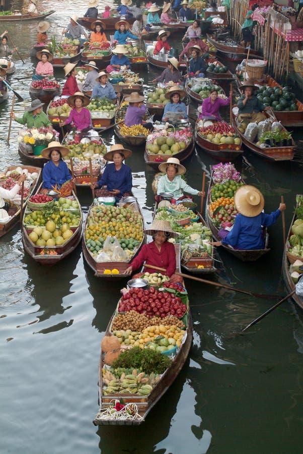 Sich hin- und herbewegender Markt in Thailand. stockbild