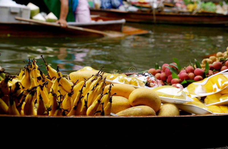 Sich hin- und herbewegender Markt in Thailand stockfotografie