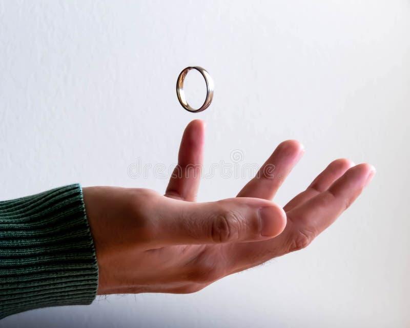 Sich hin- und herbewegender Ring über Hand stockbilder