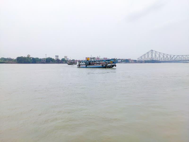 Sich hin- und herbewegendes Boot auf dem Ganges lizenzfreies stockbild