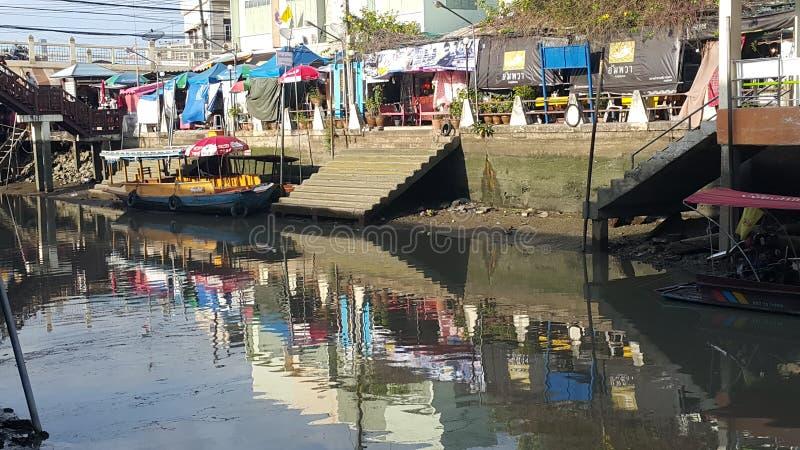 Sich hin- und herbewegendes Dorf Thailand lizenzfreies stockbild