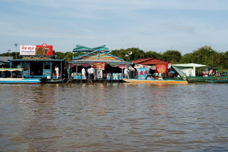 Sich hin- und herbewegendes Dorf. Tonle Sap See. Kambodscha. stockfotografie