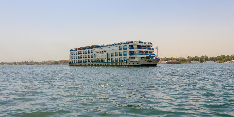 Sich hin- und herbewegendes Hotel auf dem Nil Die Kreuzfahrten des touristischen Bootes zwischen Luxor und Assuan in oberem Ägypt stockfotos