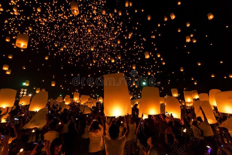 Sich hin- und herbewegendes Laternen-Festival Loy Krathong Yi Peng Lanna bei Chiang Mai Thailand lizenzfreie stockfotografie