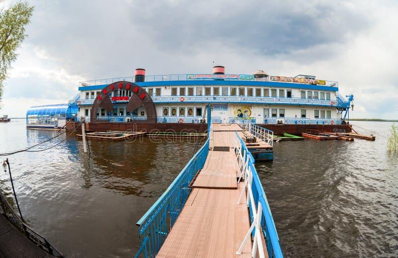 Sich hin- und herbewegendes Restaurant Scriabin auf der Wolga im Sommer DA stockfoto