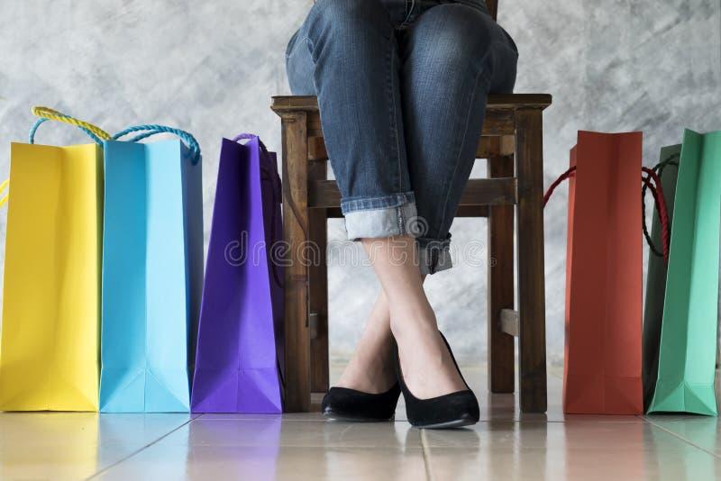 Sich nach dem Einkauf Frau entspannen stockbild
