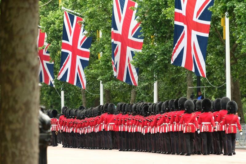 Sich sammeln die Farbzeremonie, London Großbritannien Linie von den Soldaten, die mit Union Jack marschieren, kennzeichnet oben h stockbilder