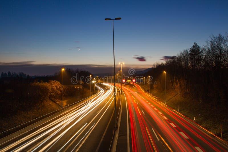 Sich schnell bewegende Ampelspuren nachts Sonnenuntergang lizenzfreie stockbilder