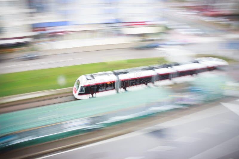 Sich schnell bewegende unscharfe Tram im Bahnhof stockfotografie