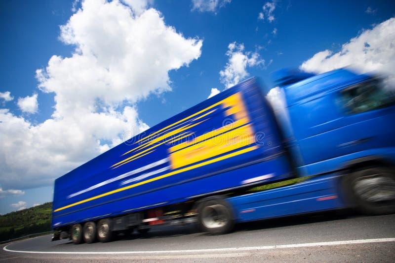 Sich schnell bewegender LKW lizenzfreies stockfoto