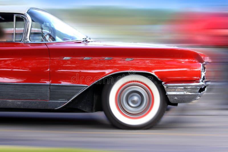 Sich schnell bewegendes klassisches rotes Auto lizenzfreie stockbilder