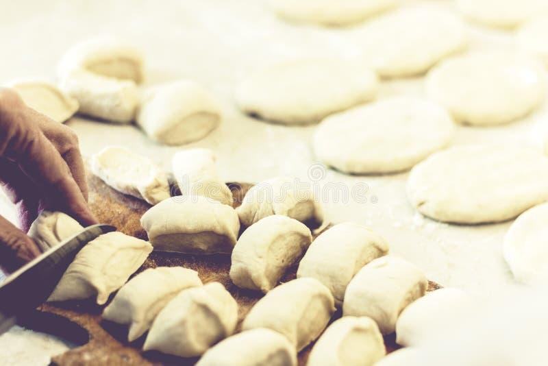 Sich vorbereiten, kochend und machen selbst gemachte gebratene Pastetchen oder Torten mit Kartoffel und Bohnen lizenzfreie stockfotografie
