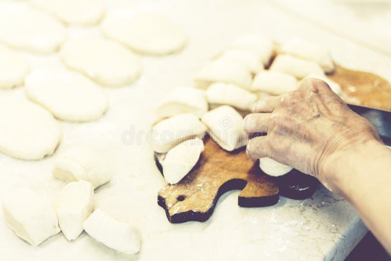 Sich vorbereiten, kochend und machen selbst gemachte gebratene Pastetchen oder Torten mit Kartoffel und Bohnen stockfotos