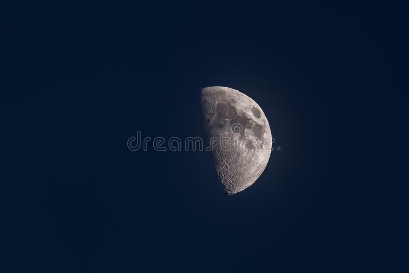 Sichelförmiger Mond mit einem bläulichen bewölkten Himmel im Hintergrund lizenzfreies stockbild