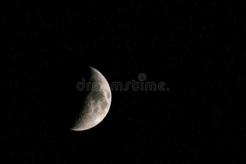 Sichelförmiger Mond umgeben durch helle Sterne lizenzfreie stockfotos