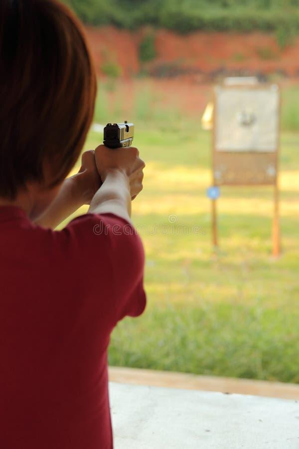 Sichere Aktion mit einem Gewehr stockfotos