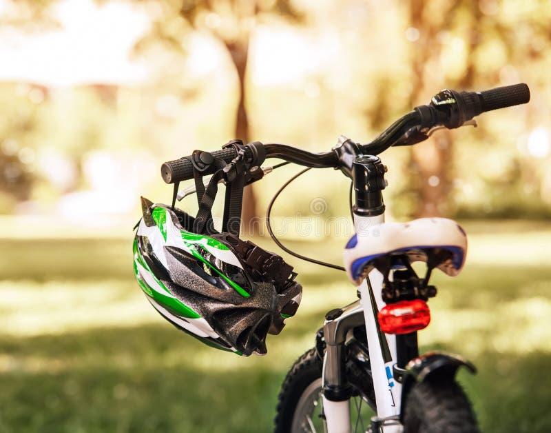 Sicherer Fahrradsturzhelm lizenzfreie stockfotografie