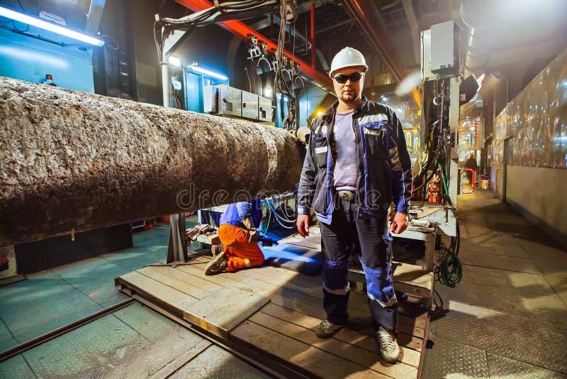 Sicherheit am Arbeitsplatz Schweißen und Installation der Rohrleitung Industrielle Wochentagschweißer und -monteure lizenzfreie stockbilder