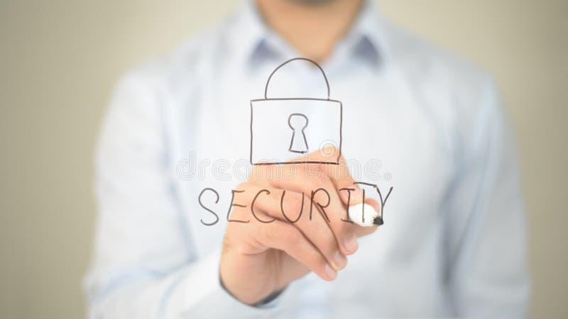 Sicherheit, Mannschreiben auf transparentem Schirm lizenzfreies stockfoto