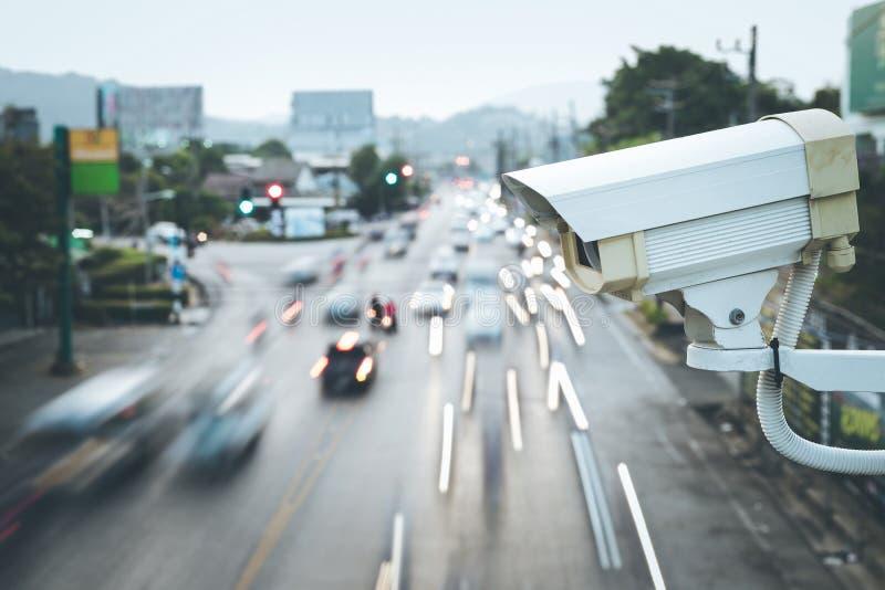 Sicherheits-Überwachungskamera, die über der Straße funktioniert lizenzfreies stockbild