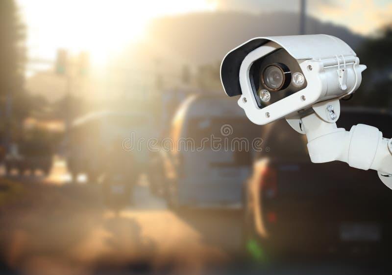 Sicherheits-Überwachungskamera, die über der Straße funktioniert Morgen CCTV mit stockfotografie