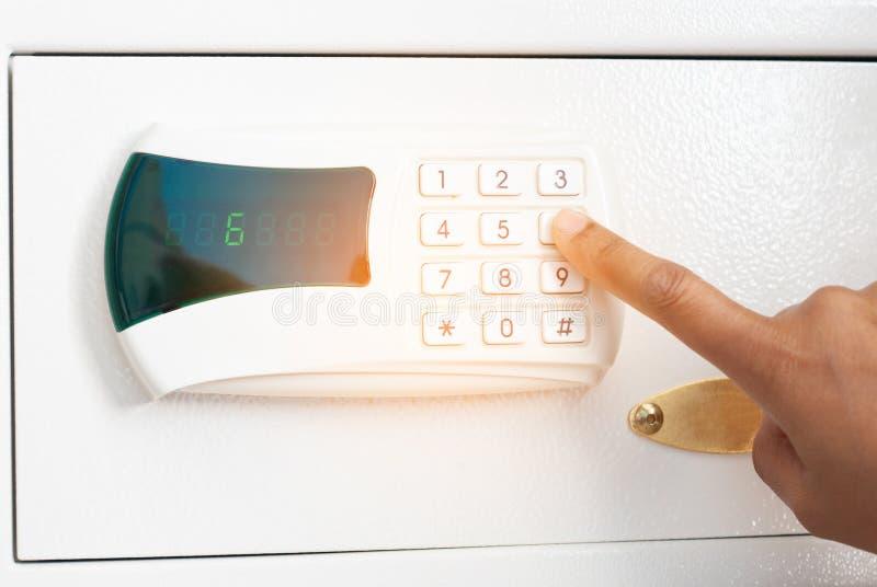 Sicherheits-Code auf Zahl-Knopf für das Entriegeln des Safes eingeben lizenzfreies stockfoto