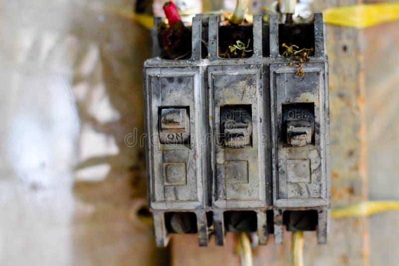 Sicherheits-Leistungsschalterkasten des Schalters elektrischer, beschädigt durch die Sonne, lizenzfreies stockfoto