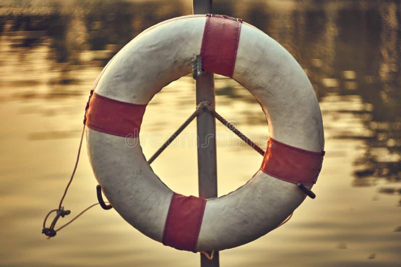 Sicherheits-Torus, der vor dem Teich hängt lizenzfreies stockfoto