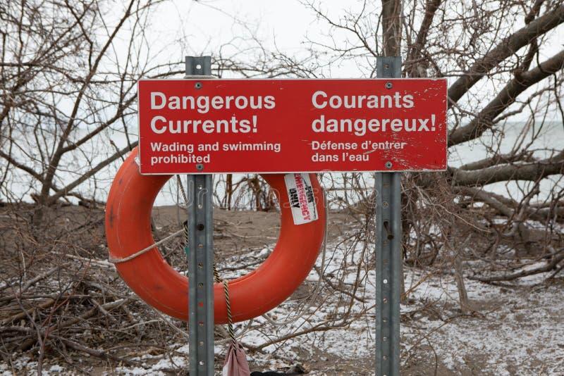 Sicherheits-Warnzeichen-rechteckige gefährliche gegenwärtige Schwimmen unsicher stockfoto