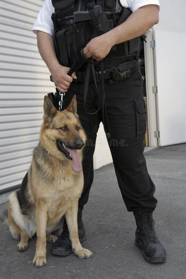 Sicherheitsbeamte With Dog lizenzfreie stockfotos