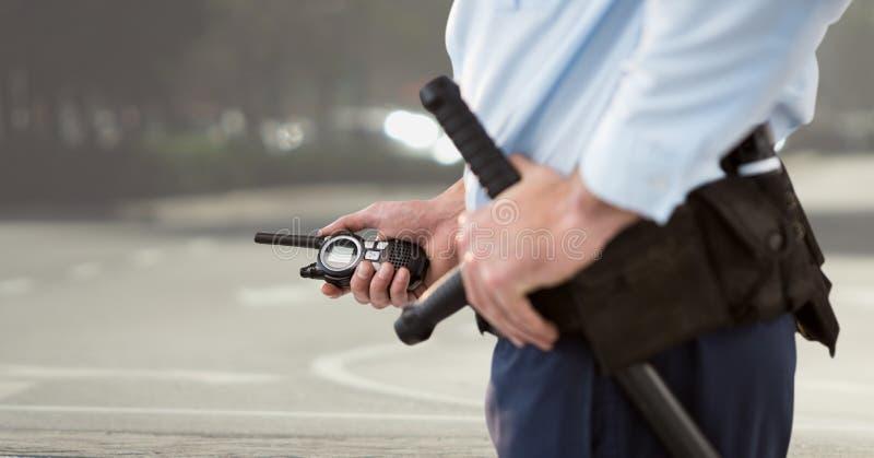 Sicherheitsbeamte mit Funksprechgerät auf dem Korbgebiet lizenzfreies stockfoto