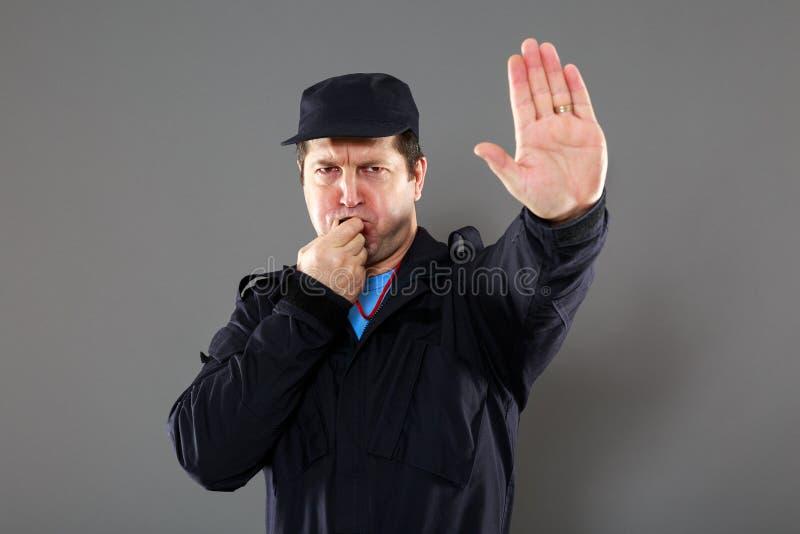 Sicherheitsbeauftragter, der das Stoppschild macht stockfoto