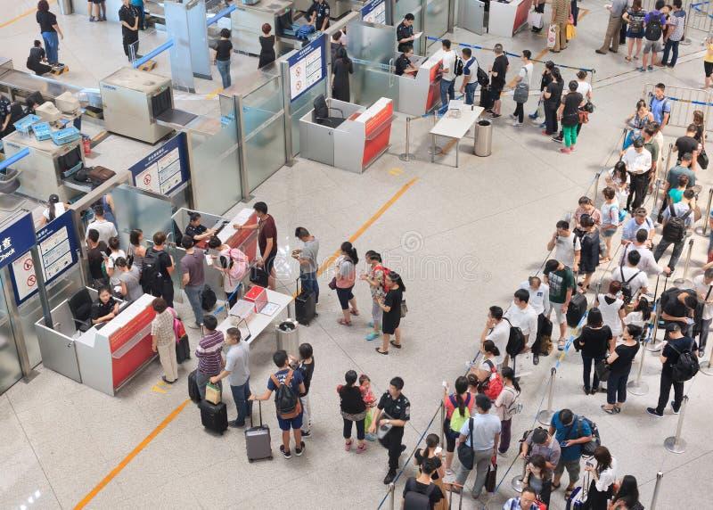Sicherheitskontrolle an internationalem ernstlichflughafen Pekings stockfotos