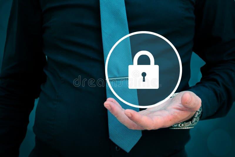 Sicherheitskonzept, Geschäftsmannholdingverschluß in seiner Hand stockfotos
