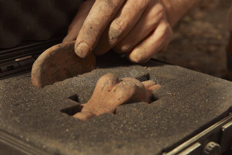 Sicherheitspaket von archäologischen Entdeckungen auf Feldposition stockbild
