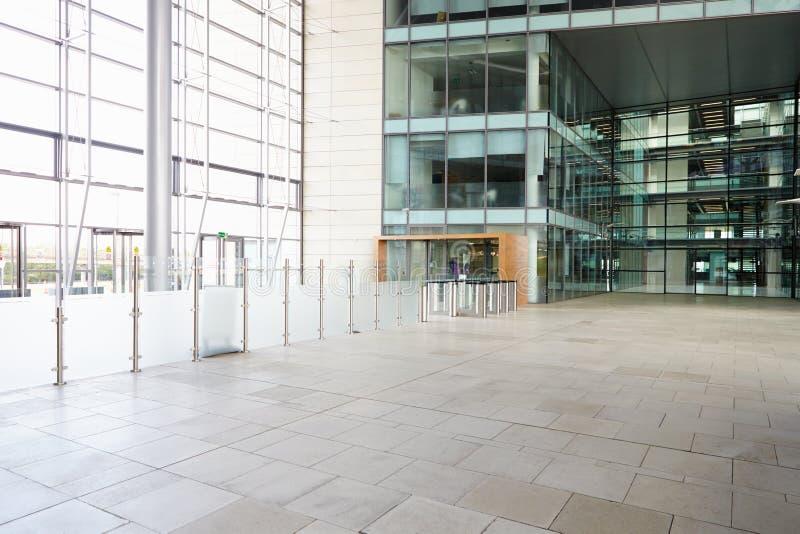 Sicherheitstore in der Lobby eines großen Firmenkundengeschäftes stockfotografie