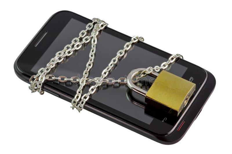 Sichern Sie Smartphone mit einer Kette, die mit Vorhängeschloß zugeschlossen wird lizenzfreies stockbild
