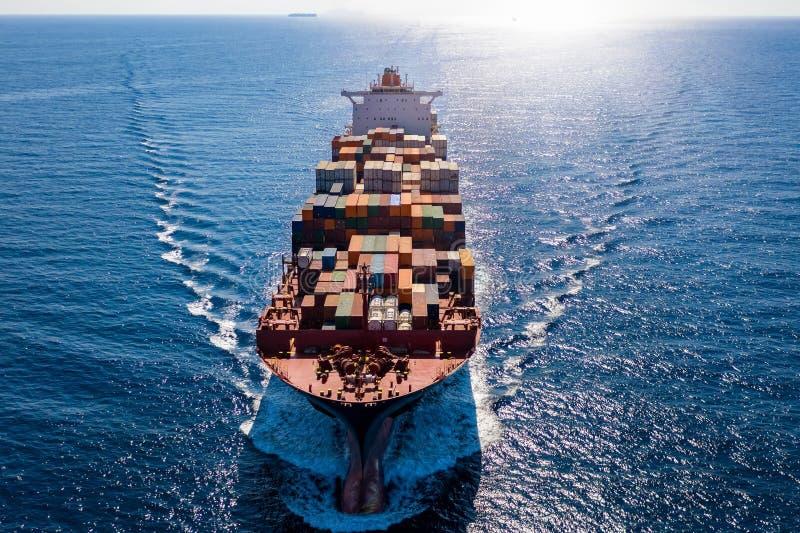 Sicht auf der Luft auf ein Containerfrachtschiff auf offenem See lizenzfreie stockfotografie
