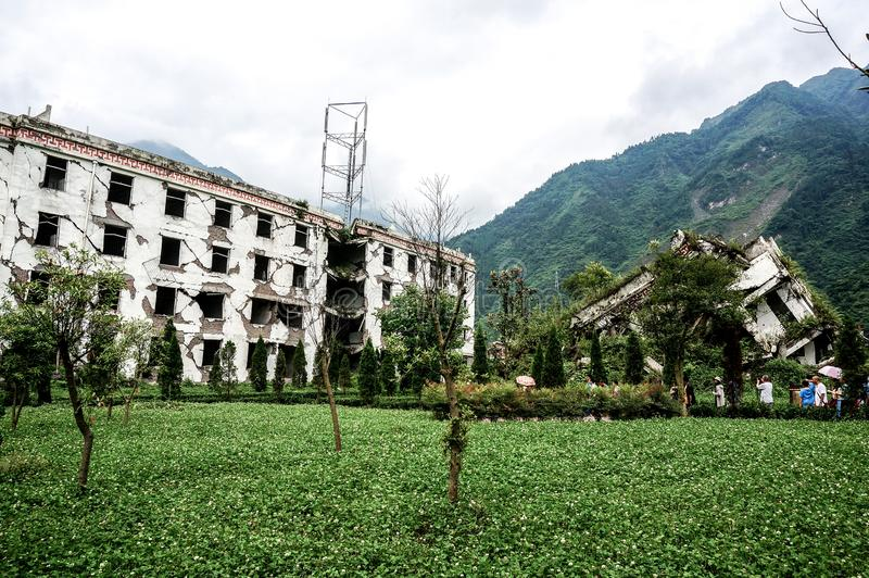 SICHUAN CHINA - 28 DE JUNIO DE 2014: Edificios conmemorativos después del gran terremoto, del terremoto sitio conmemorativo 2008  fotografía de archivo
