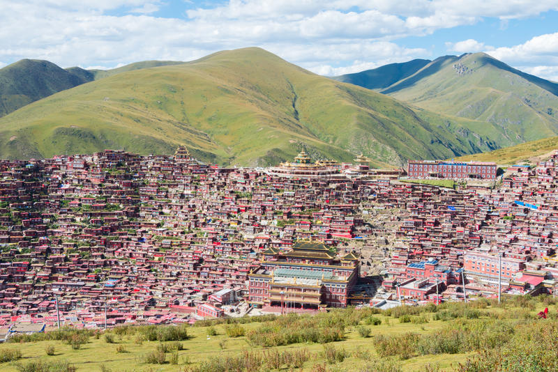 SICHUAN, CHINA - SEP 19 2014: Larung Gar(Larung Five Sciences Bu. Ddhist Academy). a famous Lamasery in Seda, Sichuan, China stock photography