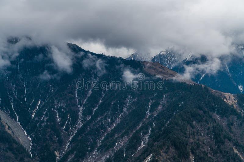 Sichuan occidental, Chine, automnes de nuage de montagne de neige photo stock