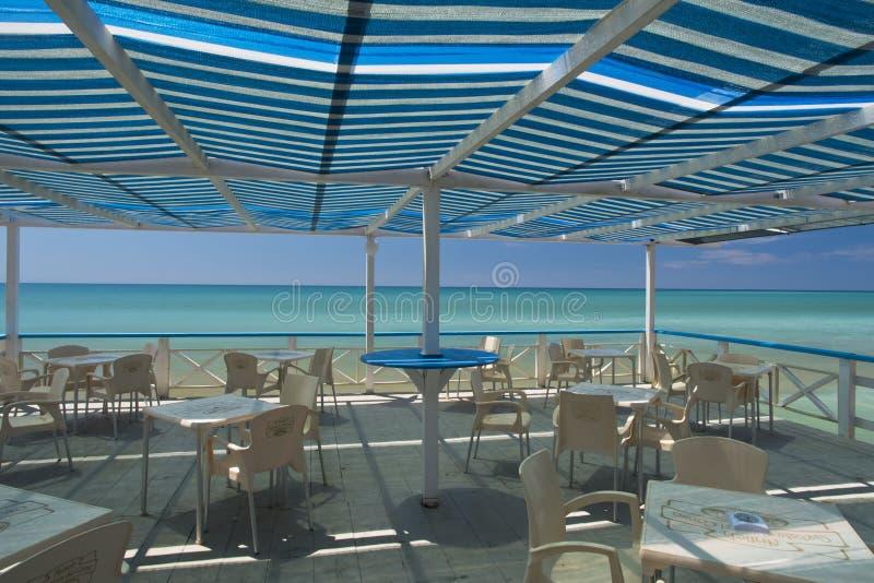Sicilië, Bovo Marina - restaurant met overzeese mening; royalty-vrije stock afbeelding