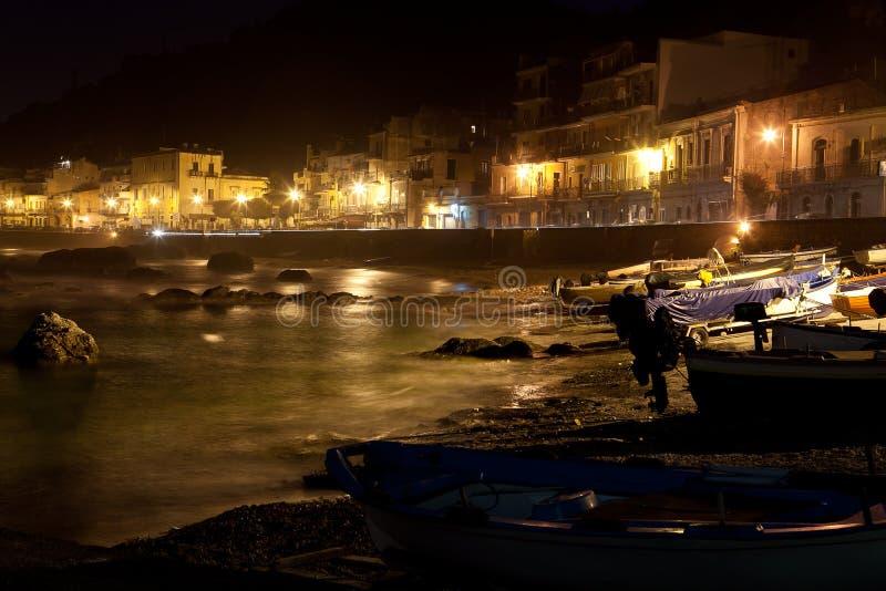 Sicilia - opinião da cidade na noite fotografia de stock royalty free