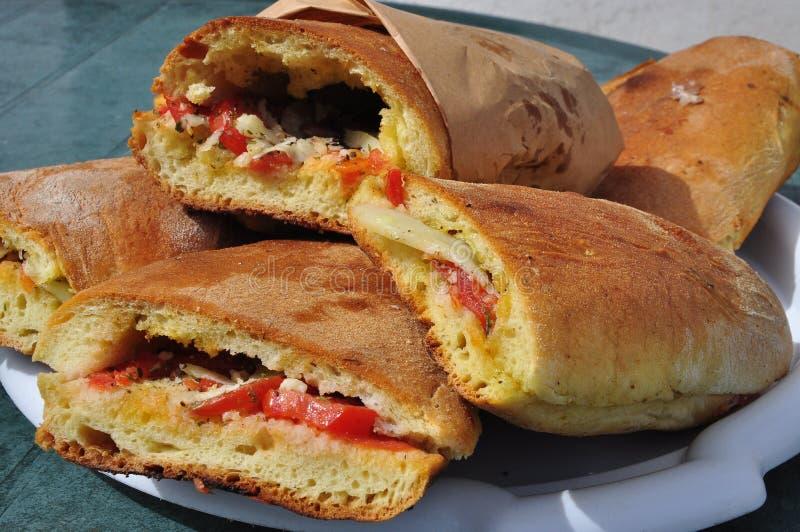 Siciliaans straatvoedsel: ruitencunzato Tomaat, pecorinosandwich stock afbeelding